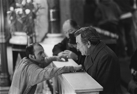 Suri Krishnamma working with Albert Finney on the set of 'A Man of No Importance' -